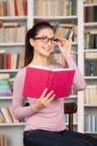 Cieszyć się jej ulubioną książkę. Obrazy Stock