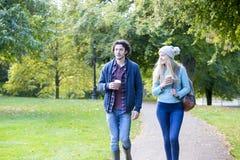 Cieszyć się jesieni przespacerowanie obrazy stock