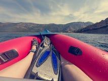 Cieszyć się lato podczas gdy paddling w nadmuchiwanym czółnie przy morzem fotografia stock