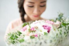 Cieszyć się odór kwiaty zdjęcie stock