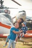 Cieszyć się podróżować powietrzem rodzinny szczęśliwy wakacje Rodzinna para z synem na urlopowej podróży Kobieta i mężczyzna z ch zdjęcia royalty free
