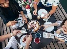 Cieszyć się posiłek z przyjaciółmi obrazy royalty free