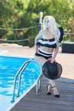 Cieszyć się suntan i wakacje Kolorowy portret ładna młoda kobieta w retro czarnym swimsuit lying on the beach pozuje blisko basen obrazy stock