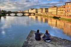 Cieszyć się wieczór na Rzecznym Arno obraz royalty free