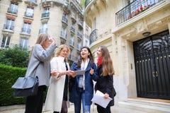 Cieszy Europejskich uczni chodzi po tym jak klasy i ono uśmiecha się wewnątrz Obrazy Stock