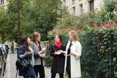 Cieszy Europejskich uczni chodzi po tym jak klasy i ono uśmiecha się wewnątrz Zdjęcia Stock