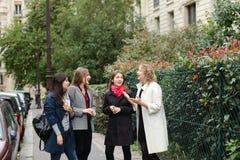 Cieszy Europejskich uczni chodzi po tym jak klasy i ono uśmiecha się wewnątrz Zdjęcie Stock