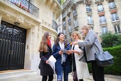 Cieszy Europejskich uczni chodzi po tym jak klasy i ono uśmiecha się wewnątrz Obrazy Royalty Free