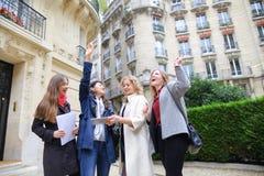 Cieszy Europejskich uczni chodzi po tym jak klasy i ono uśmiecha się wewnątrz Obraz Royalty Free