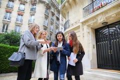 Cieszy Europejskich uczni chodzi po tym jak klasy i ono uśmiecha się wewnątrz Zdjęcie Royalty Free
