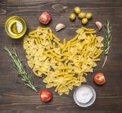 Cieszy się domowej roboty makaron z czereśniowymi pomidorami, rozmaryny, pikantność, sól i masło, makaron kłaść out formę serce,  zdjęcia royalty free