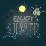 Cieszy się lato teksta ręki writing i kreśli projekt na chalkboard tle Obrazy Stock