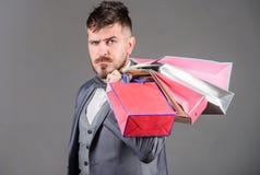 Cieszy się robiący zakupy zyskowne transakcje czarny Piątek Robić zakupy z rabatem cieszy się zakup Mężczyzny brodaty elegancki b zdjęcie royalty free