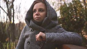 Cieszy? si? dobr? pogod? ?adny kobiety odprowadzenie w parku i cieszy? si? pi?kn? jesieni natur? zdjęcie wideo