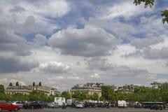 Cieux au-dessus d'endroit Charles de Gaulle à Paris Photo libre de droits