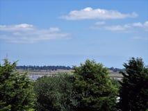 Cieux bleus au-dessus des terres éloignées Photo libre de droits