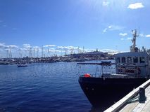 Cieux bleus au-dessus du port Image stock