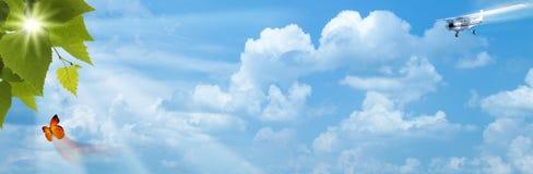 Cieux bleus avec le soleil lumineux Images libres de droits