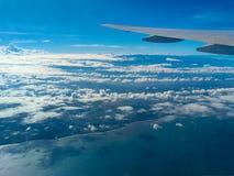 Cieux bleus avec les nuages blancs photographie stock libre de droits