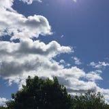 Cieux bleus avec les nuages pelucheux imagination-1 Photographie stock libre de droits