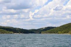 Cieux bleus de lac rock de Tableau image stock