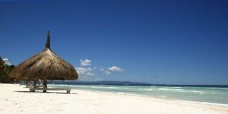 cieux bleus de mer de sable image stock