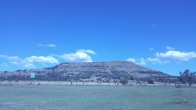 Cieux bleus de montagne Image stock