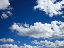 Cieux bleus et nuages gonflés Image libre de droits