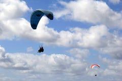 Cieux bleus et nuages gonflés, avec le parapentisme de personnes au-dessus de la terre et de l'eau, San Diego, CA, 2017 Photographie stock libre de droits