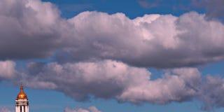 Cieux bleus et nuageux au-dessus de Kyiv, Ukraine, Pechersk Lavra Photo stock