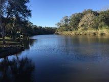 Cieux bleus, l'eau bleue sur Sunny Day intelligent ! Images libres de droits
