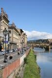 Cieux bleus le long de la rivière photos libres de droits