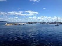 Cieux bleus, nuages et la mer Photographie stock