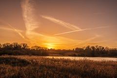 Cieux de bannière dans un coucher du soleil d'hiver dans le marécage de vallée de Combe, près de Bexhill à East Sussex, l'Anglete photographie stock libre de droits