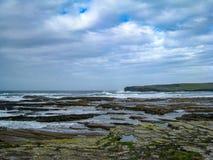 Cieux de dégagement au-dessus des roches, manière atlantique sauvage image libre de droits