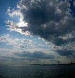 Cieux de nuage au-dessus de pont de Verrazano Images libres de droits