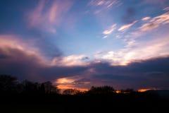 Cieux de silhouette de coucher du soleil Photo stock