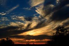 Cieux de tourbillonnement d'un coucher du soleil africain Photo stock