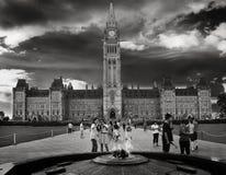 Cieux dramatiques au-dessus du Parlement du bâtiment de Canada Images libres de droits