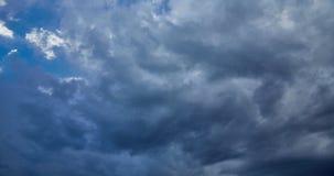 Cieux dramatiques de nuages de timelapse orageux de ciel banque de vidéos