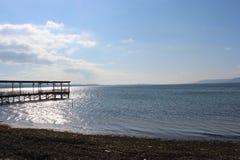 Cieux et docks calmes de mer photos stock