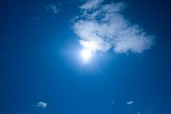 Cieux et soleil d'été Image stock