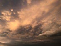 Cieux nuageux images stock