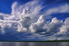 Cieux nuageux au-dessus du fleuve photographie stock libre de droits