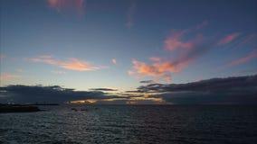 Cieux orageux au-dessus de San Sebastian Lighthouse Cadiz Spain banque de vidéos