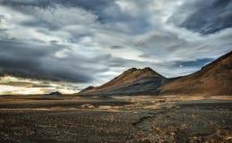 Cieux orageux au-dessus des volcans islandais Photos stock