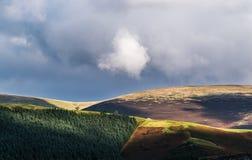 Cieux orageux de secteur de lac au-dessus des dessus de montagne Photo stock
