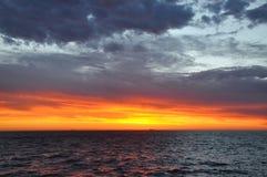Cieux oranges au-dessus de l'Océan Indien, Australie occidentale Photo stock