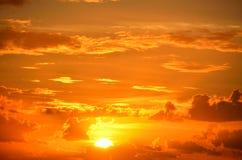 Cieux oranges au lever de soleil Photos libres de droits
