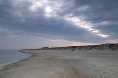 Cieux paisibles et admirablement allumés de matin à la plage photo stock